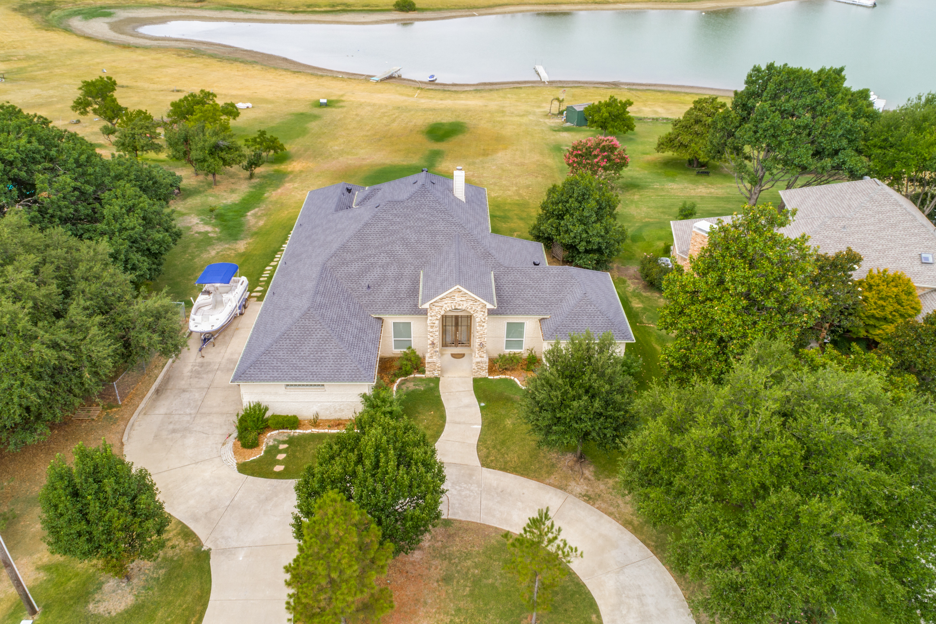 Sitting on 0.627 acres in a prestigious Frisco location affords you over 100' water frontage in this lakefront home.